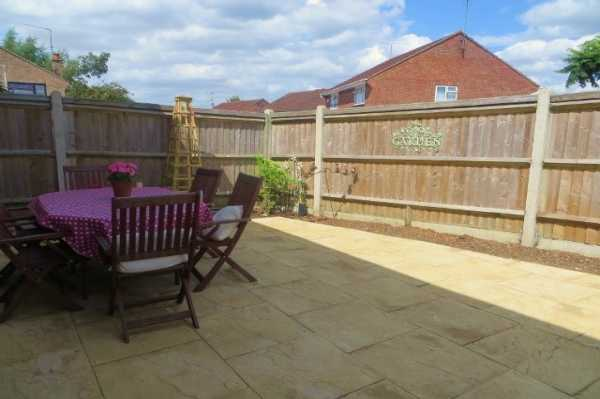 Large patio area for young family to enjoy - Large patio in Tilehurst, Reading